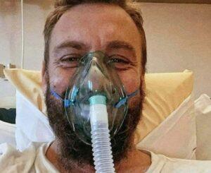 """FOTO – Daniele De Rossi si fa forza, selfie sorridente dallo Spallanzani: """"Una brutta polmonite"""""""